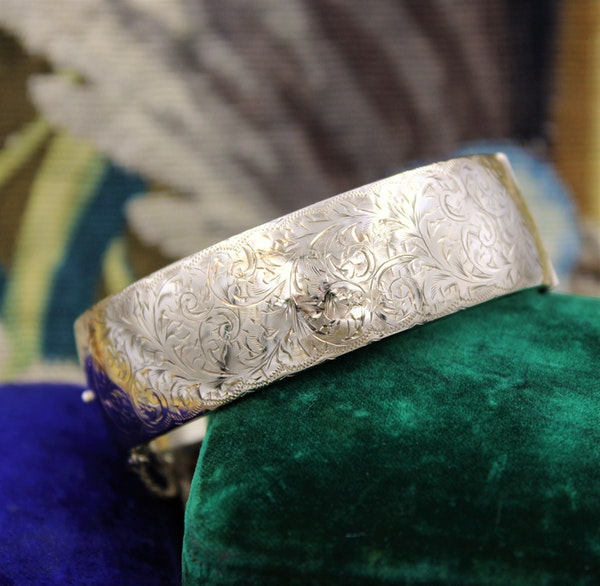 An exceptional and finely engraved 9ct Yellow Gold Bangle, English, Circa 1917 - image 1