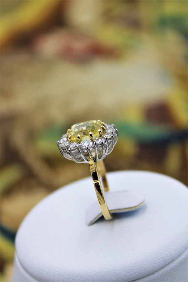 A very fine Natural Yellow Sapphire & Diamond Ring set in 18ct White & Yellow Gold, Circa 1985 - image 6