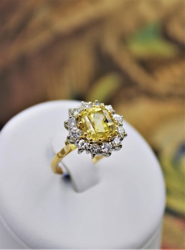 A very fine Natural Yellow Sapphire & Diamond Ring set in 18ct White & Yellow Gold, Circa 1985 - image 5