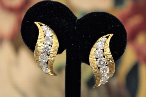 A very fine pair of Diamond & 18 Carat Yellow Gold (marked) Earrings, English, Circa 1980. - image 2