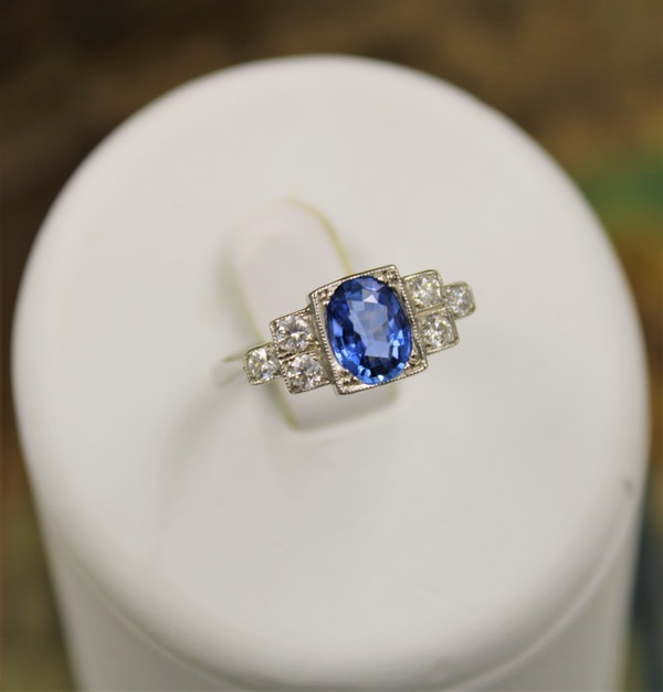A very fine Art Deco Style Sapphire and Diamond Ring mounted in Platinum, Mid - Late 20th Century - image 4