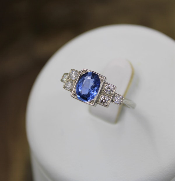 A very fine Art Deco Style Sapphire and Diamond Ring mounted in Platinum, Mid - Late 20th Century - image 3
