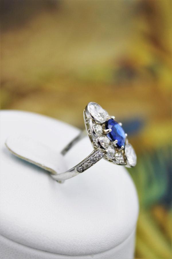 "An extraordinary example of an ""Art Deco"" Sapphire, Diamond & Platinum Ring, Circa 1920-1930. - image 3"