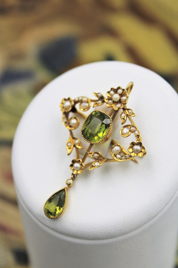 An exquisite Peridot & Seed Pearl Festoon Necklace with a matching Quatrefoil style detachable Pendant/Brooch in 15 Carat Yellow Gold, English, Circa 1900 - image 4
