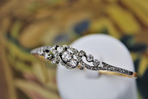 """A very fine """"Belle Epoque"""" Diamond Bangle in 18 ct. Yellow Gold & Platinum, French, Circa 1905. - image 2"""