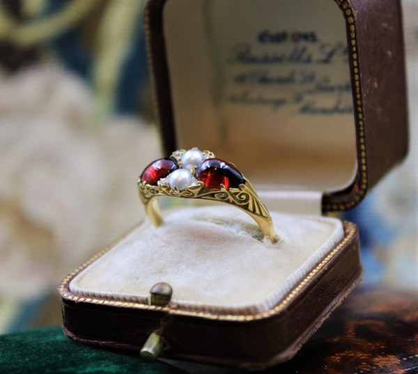 A very fine Victorian Pear Shaped Red Garnets, Pearls and Diamonds Ring set in High Carat Yellow Gold, English, Circa 1870 - image 2