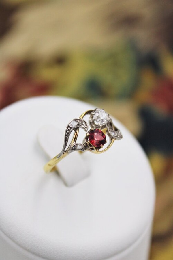 A very fine Art Nouveau Ruby & Diamond Twist Ring in 18 Carat Yellow Gold & Platinum tipped (tested), Circa 1905 - image 3