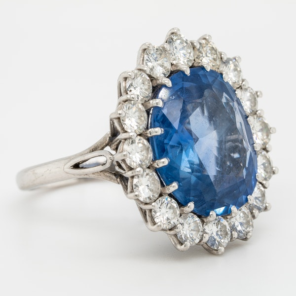 Large sapphire and diamond cluster ring. Certificated - image 2