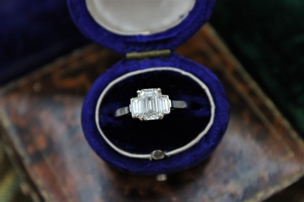 A very fine Emerald Cut Diamond Ring with Baguette Cut Shoulders set in 18ct White Gold, Pre-owned - image 2