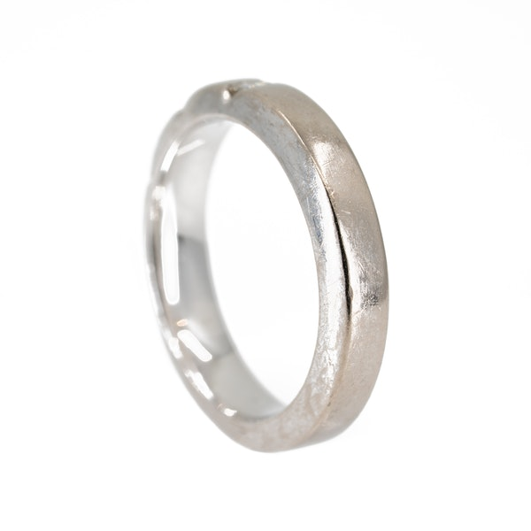 18 ct white gold wedding ring set with 3 emerald cut diamonds - image 3