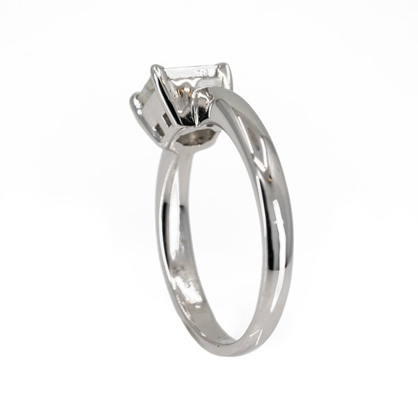 Diamond solitaire ring, jubilee cut in 18 ct white gold - image 3