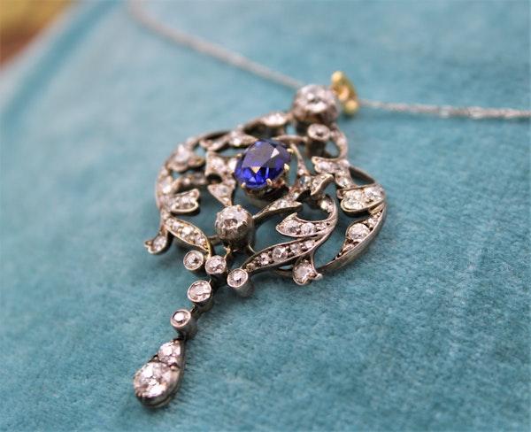 A very fine Edwardian 1.80ct Sapphire & Diamond, Lavaliere Pendant set in 18ct Yellow Gold & Platinum, English, Circa 1905 - image 3