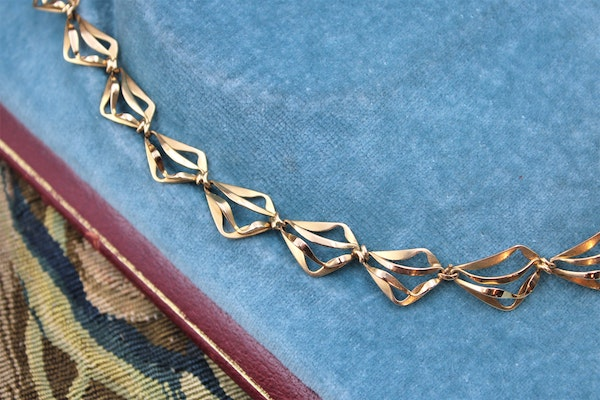 A very fine Abstract Open Link Design Graduated Gold Necklace in 18ct Yellow Gold, French, Circa 1970 - image 2