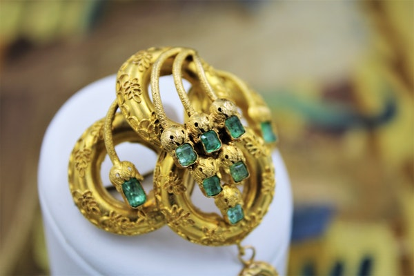 A very fine Emerald Etruscan Revival Pendant/Brooch mounted in High Carat Yellow Gold, English, Circa 1860 - image 5