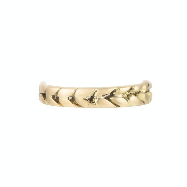An Eighteen Carat Gold band - image 1