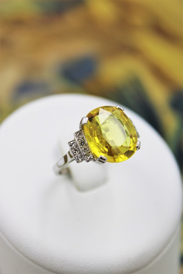 An exceptional Yellow Sapphire and Diamond Ring set in Platinum (Marked), Late 20th Century. - image 4
