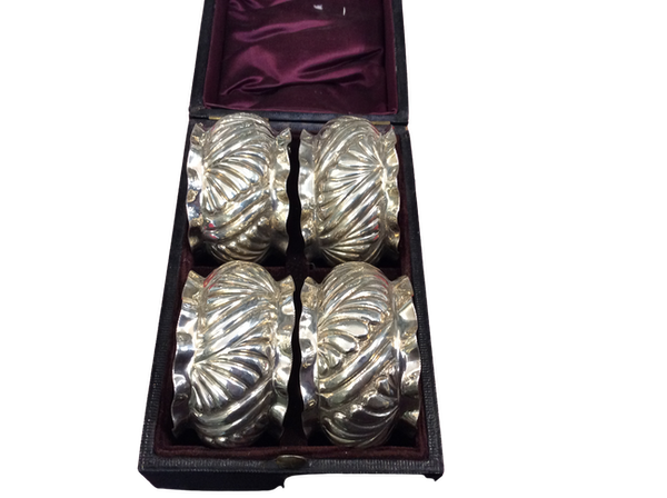 A boxed set of napkin rings - image 1