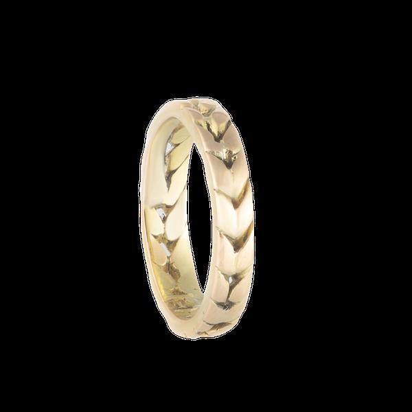 An Eighteen Carat Gold band - image 2